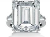 Harry Winston - Anello in platino con diamante taglio smeraldo e diamanti laterali