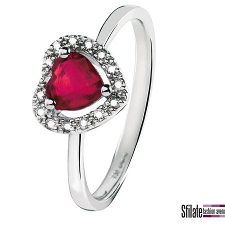 bliss: anello in oro bianco con rubino a forma di cuore. Prezzo al pubblico 575,00 euro.