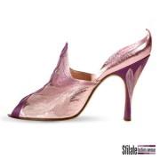 1956. Sabot open toe in capretto rosa. Decorazione a treccia in raso viola. Cuciture a contrasto con motivo floreale. Museo Internazionale della Calzatura P. Bartolini, Vigevano (PV)