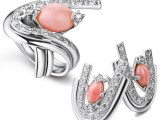 Greco Preziosi : anello in platino con perla rosa e orecchini in platino con perla rosa e diamanti