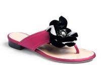 Sandalo in raso fucsia con fiore in vernice nera