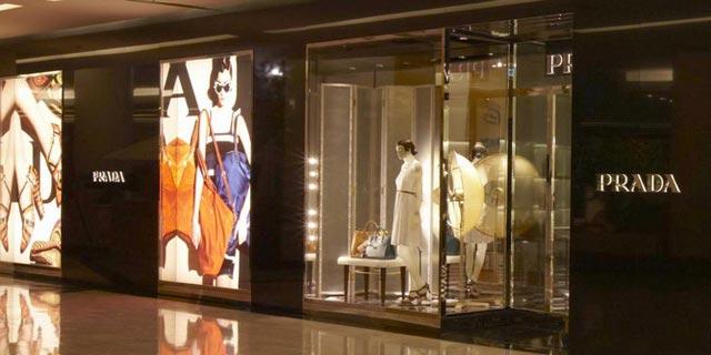 Ha aperto a Bangkok, all'interno del lussuoso shopping center Emporium, un nuovo negozio Prada.