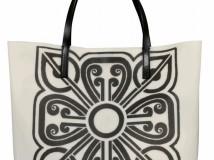 Si chiama Flower Déco il raffinato disegno Liberty sulla Jelly Bag firmata Coccinelle/Barbara Hulanicki.