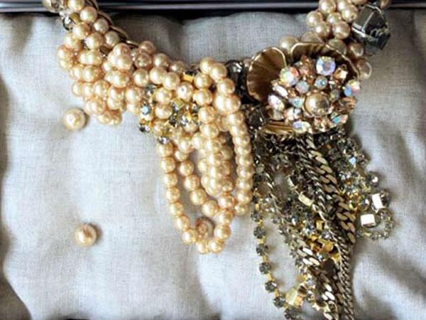 Perle, petali di ottone e macro strass per Radà
