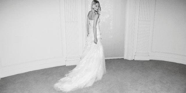 L'abito da sposa romantico di Alberta Ferretti Forever : negli scatti Poppy Delevingne