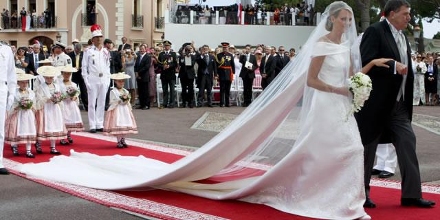La Principessa Charlene, per il suo matrimonio con il Principe Alberto II, ha indossato un abito Giorgio Armani Privé