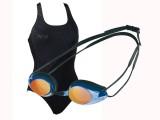 Al mare o in piscina con i costumi di Arena - collezione primavera estate 2011