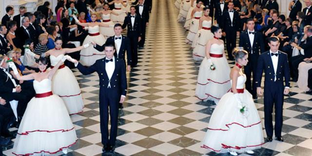 """Le debuttanti di tutta Italia si sono date appuntamento a Torino, nella splendida cornice della Reggia di Venaria, per la XVII edizione del Gran Ballo """"Vienna sul Lago."""