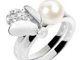 Anello in acciaio a doppia fascia impreziosito da una perla e da cristalli bianchi. Prezzo: 98 euro