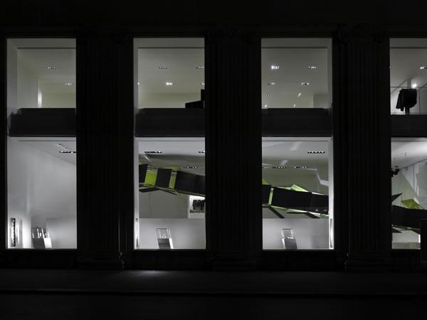 Un'opera esclusiva di Nathaniel Rackowe per le vetrine di Natale di Calvin Klein