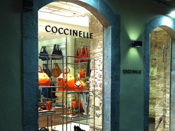 Atmosfera calda e accogliente per il nuovo monomarca Coccinelle inaugurato a Taormina, in corso Umberto I.