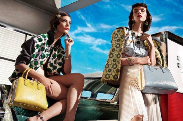 ADV: Sono gli anni '50 a dare luce e vivacità alle nuove immagini della campagna pubblicitaria di Prada per la prossima Primavera Estate 2012.