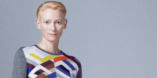 Tilda Swinton interpreta la maglieria ultralight di Pringle of Scotland