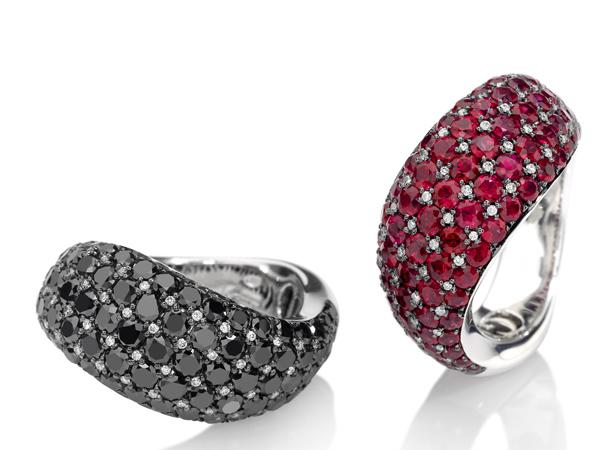 """CULT Raffinati anelli in oro bianco dai volumi morbidi e dalla forma sinuosa, decorati da una """"scacchiera"""""""