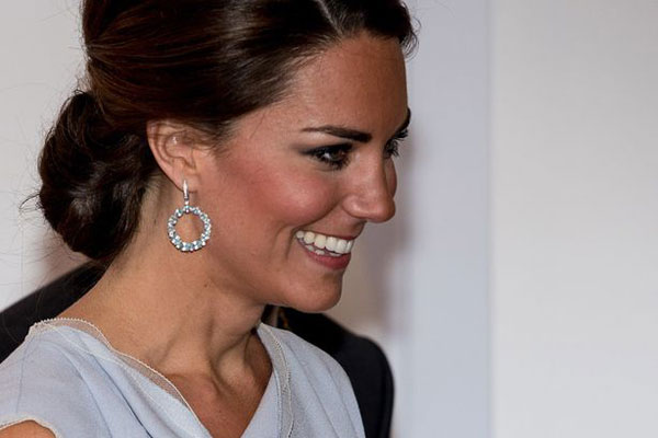Una sorridente Kate Middleton durante il ricevimento alla Royal Academy of Arts