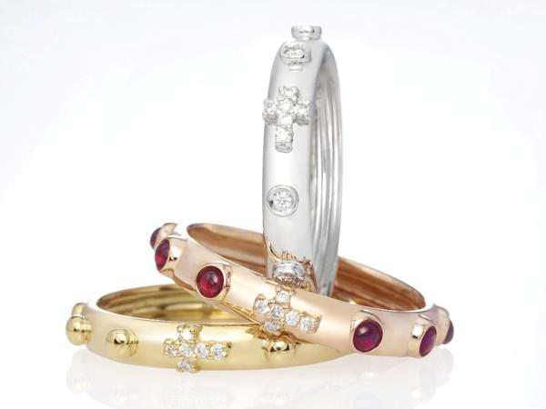 Oro, diamanti, rubini e zaffiri per il prezioso anello Rosario firmato Nardelli Gioielli