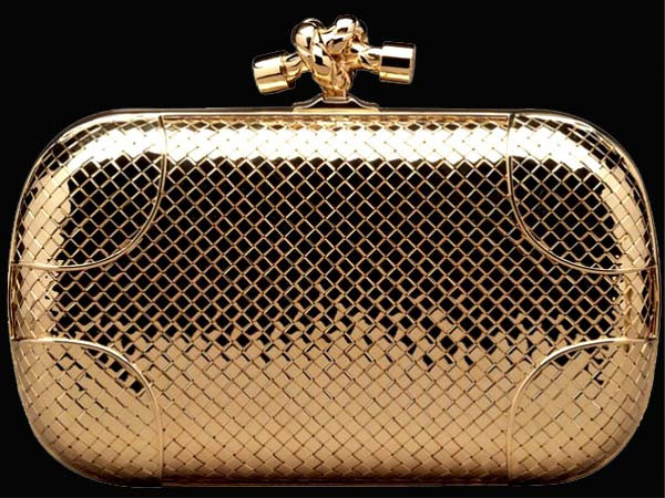 la Knot Clutch di Bottega Veneta in oro