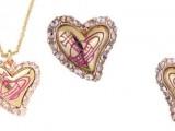 Vivienne Westwood crea un'esclusiva parure per San Valentino 2014. Entrambi i gioielli presentano al centro un cuore dorato circondato da cristalli Swarovski di colore rosa, incastonati su una base rosa cipria. Il logo di Vivienne Westwood è impresso al centro del cuore in smalto fucsia. Il ciondolo di San Valentino è in vendita a 85€ e gli orecchini sono in vendita a 60€.