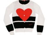 Fiorucci - cardigan bianco e nero a manica lunga in cotone con grande cuore rosso. Euro 74,00 circa al pubblico.