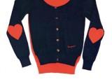 Fiorucci - Cardigan in cotone blu e rosso con cuori sulle maniche. Euro 79,00 circa al pubblico.