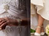 L'abito bianco sposa le scarpe in un matrimonio chic