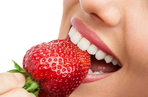 Denti bianchi con le fragole