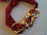 Collana Nastro (elementi tipo Chanel color oro e argento). Oro simbolo di abbondanza.