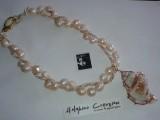 Collana Seashell (perle, cordoncino e conchiglia naturale con bordo oro rosso) . Conchiglia medaglione per richiamare la fortuna