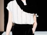 Emporio Armani : Sciarpa di velluto doppiato con grosse perle ai bordi di colore nero - prezzo 220 euro.