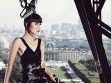 La Tour Eiffel diventa una passerella esclusiva con Jessica Minh Anh
