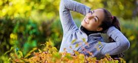 Con l'autunno cadono anche i capelli. Ecco come manternerli sani
