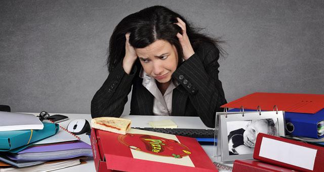 Donna disperata al lavoro