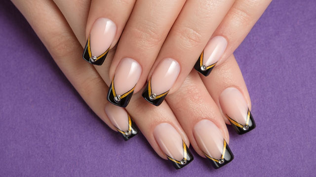 Negative space nail art giapponese