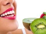Risparmiare sul dentista è possibile: la cura dei denti parte dalla cucina