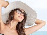 Tendenza capelli estate: trecce, cappelli e mollettine