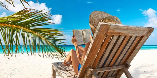 donna con libro in spiaggia