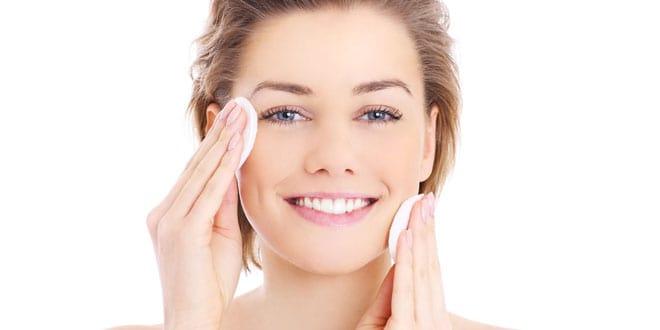 Pulizia del viso a casa in 8 step