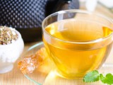 Bere tè bianco aiuta a mantenere la pelle giovale