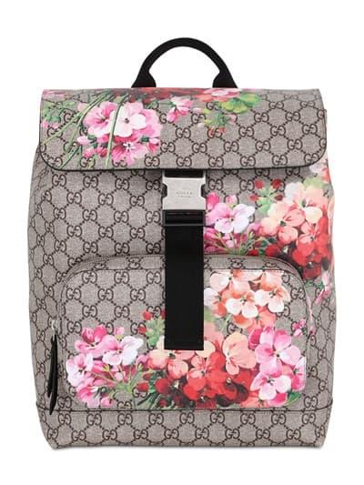 Fantasioso quello in nylon di Givenchy con stampa piume di pavone e una  capiente tasca frontale con zip  stile ... 328462bd66d