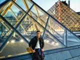 Gabrio Gentilini a Parigi Pyramide-du-Louvre