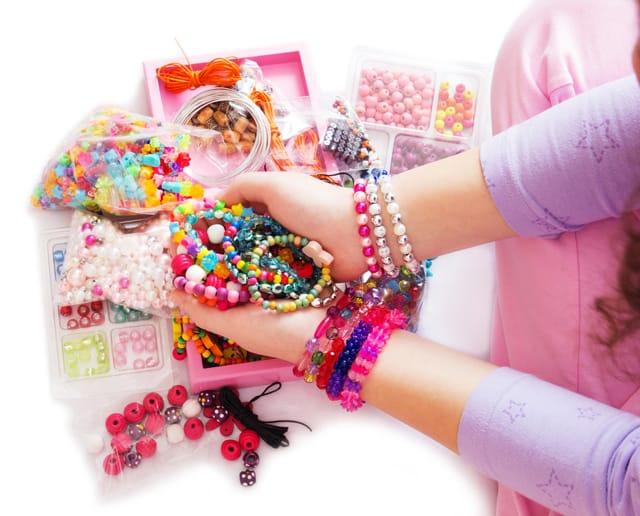 Come fare le collane multi-color con i bambini