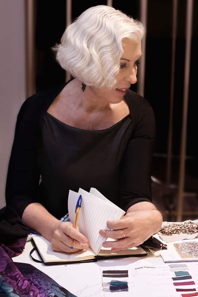 Chiara Boni al tavolo di lavoro