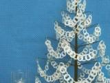 albero di natale con collane di carta