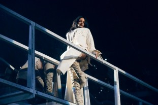 RIHANNA PERFORMS IN CUSTOM-MADE GIUSEPPE ZANOTTI DESIGN AT HER ANTI WORLD TOUR