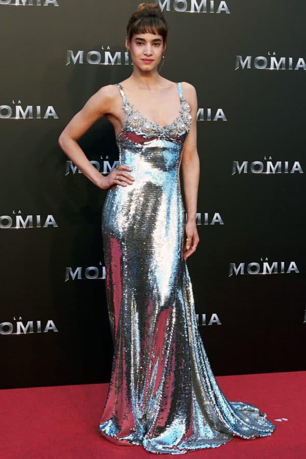 """Sofia Boutella in Miu Miu durante la première del film """"La Mummia"""""""
