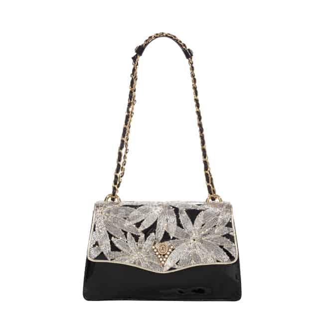 Valentino Orlandi rilegge la moda accessori in chiave moderna attraverso un viaggio lungo le generazioni e gli stili e dona un'allure elegante e sensuale alla nuova collezione Primavera/Estate 2018.