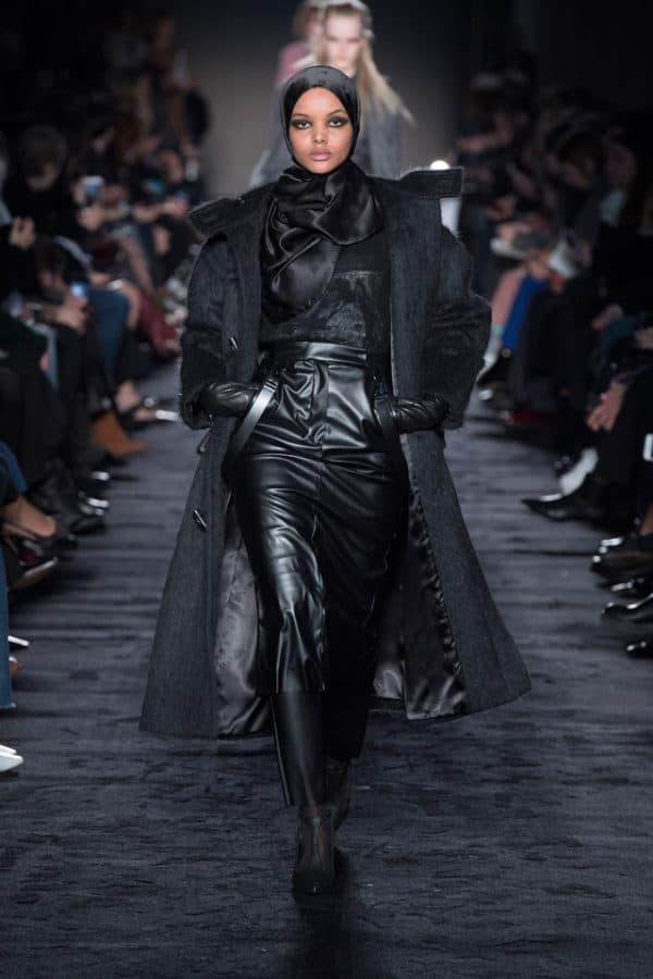 lowest price 322bc 91fd9 Sfila il cappotto con le bretelle di pelle di Max Mara - SFILATE