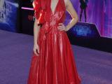 Olivia Cooke e l'abito da sera in nylon rosso firmato CALVIN KLEIN 205W39NYC
