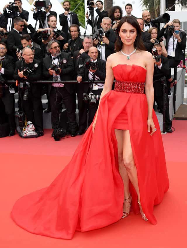 CATRINEL MENGHIA MARLOM indossa un abito speciale rosso in organza con cintura in vita impreziosita da pietre rosse di Alberta Ferretti durante il red carpet di 'Yomeddine' in occasione del Festival di Cannes.
