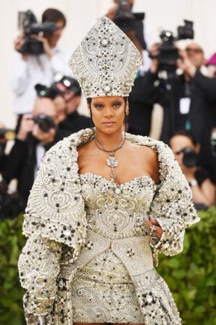 Rihanna ha indossato un outfit Maison Margiela Artisanal disegnato appositamente per lei da John Galliano.